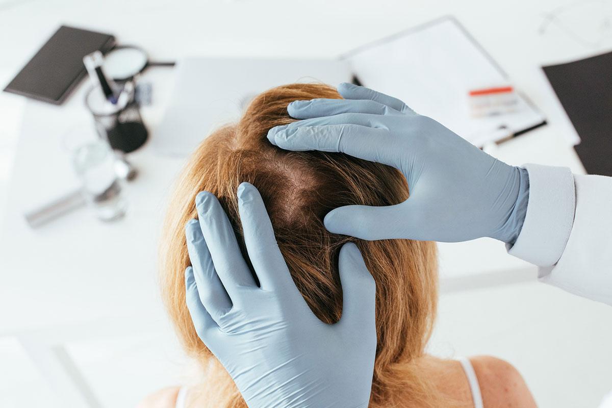 Врач проверяет состояние волос