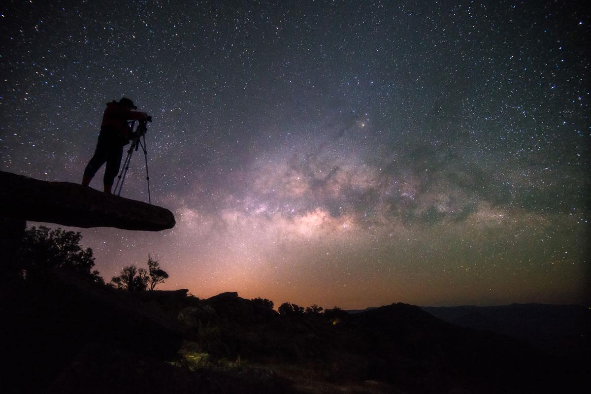 Фотограф снимает ночное небо