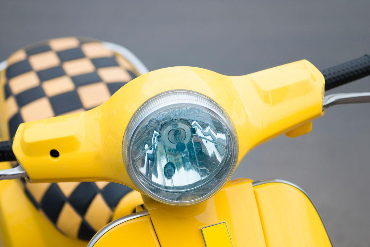Желтый мопед