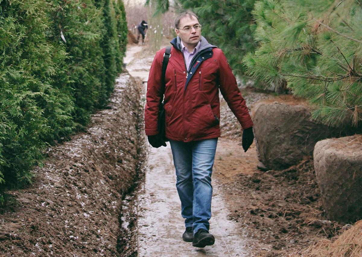 Садовник Иван Мальцев осматривает питомник