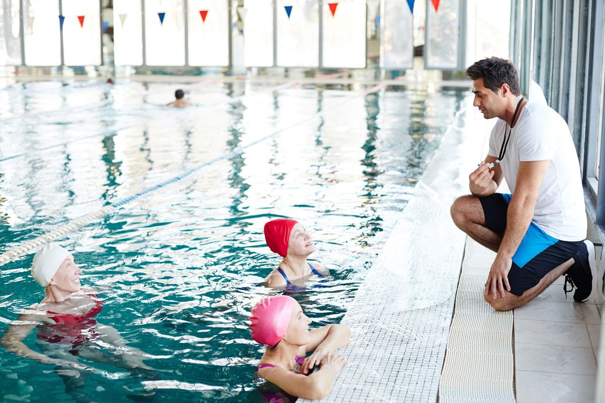 Инструктор по плаванию за работой