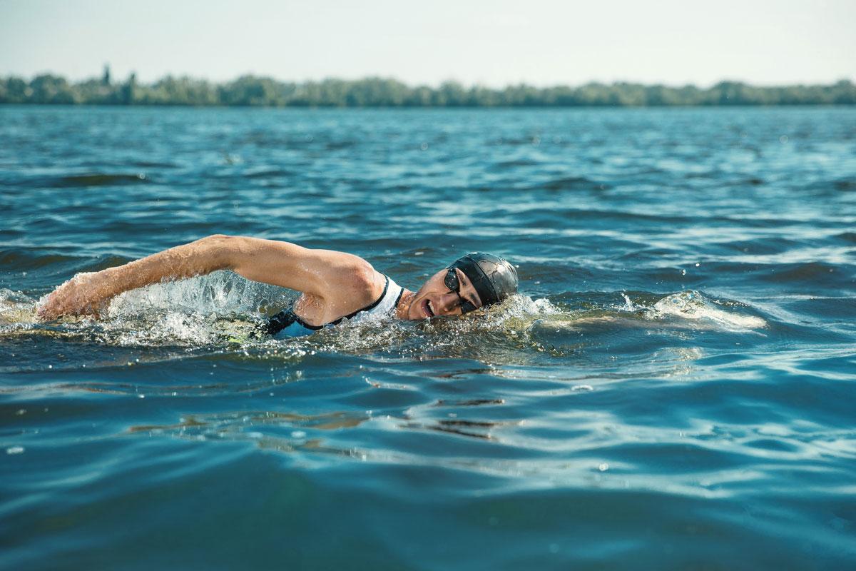Пловец в естественном водоеме
