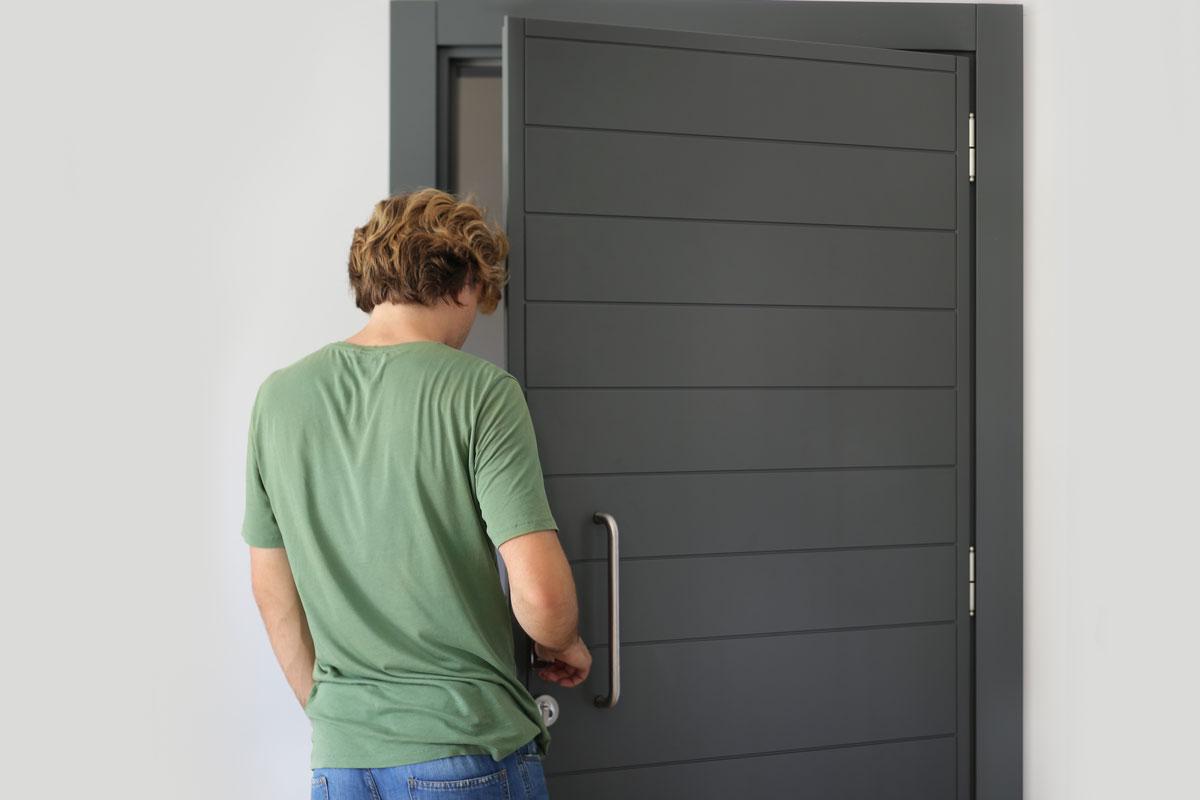 Мужчина проверяет межкомнатную дверь
