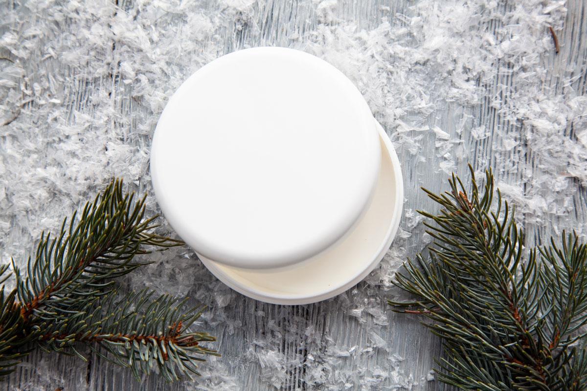 Баночка с кремом на фоне снега