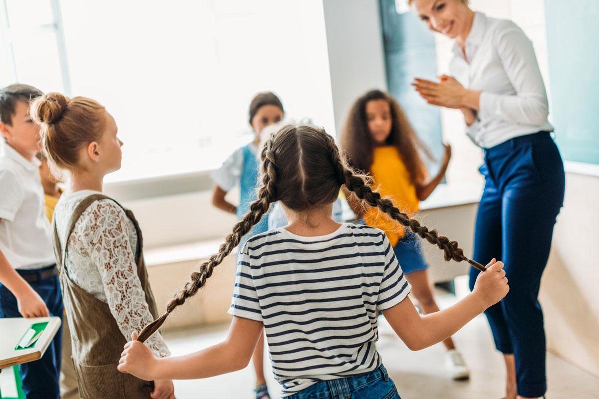 Дети играют с преподавателем