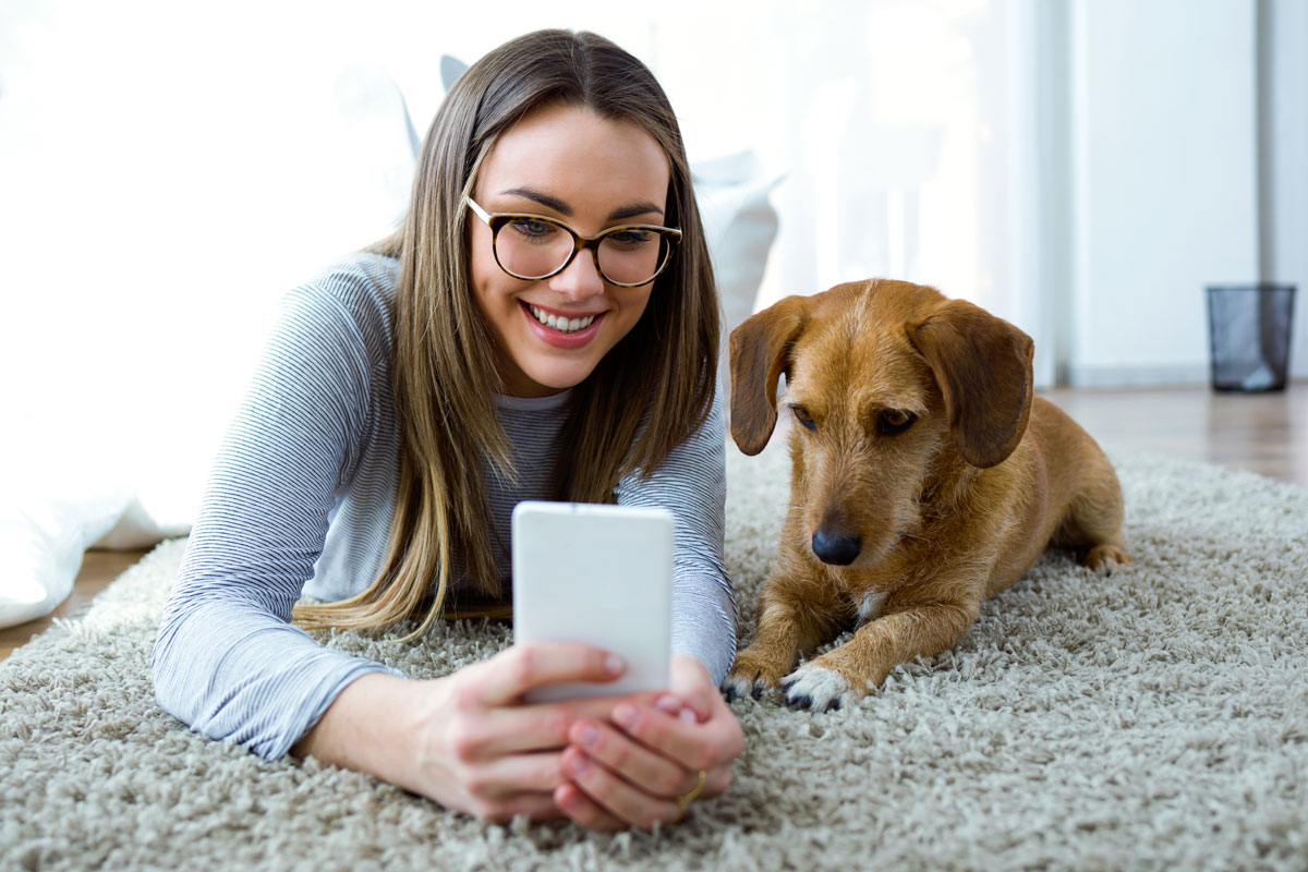 Женщина с телефоном и собака