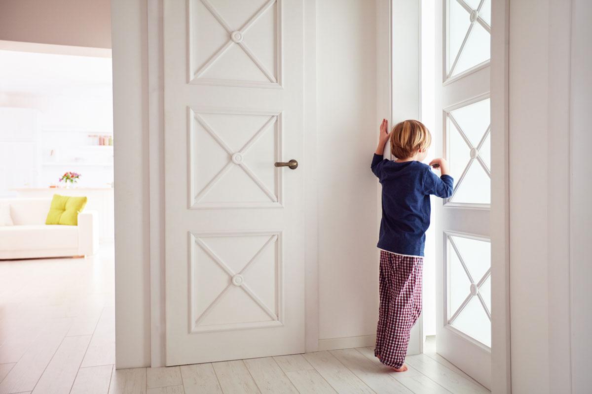 Ребенок и дверь