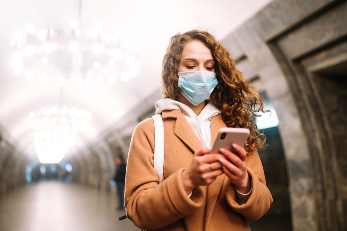 Девушка в маске в метро