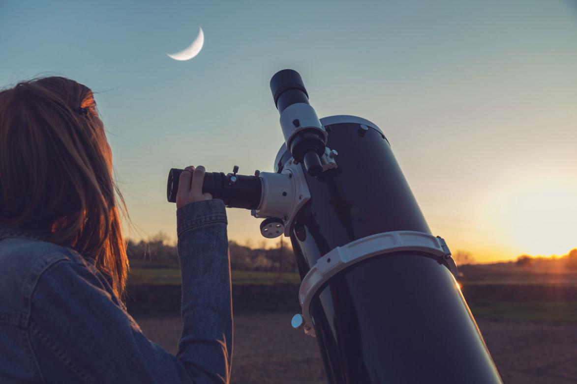 Девушка смотрит на вечернее небо