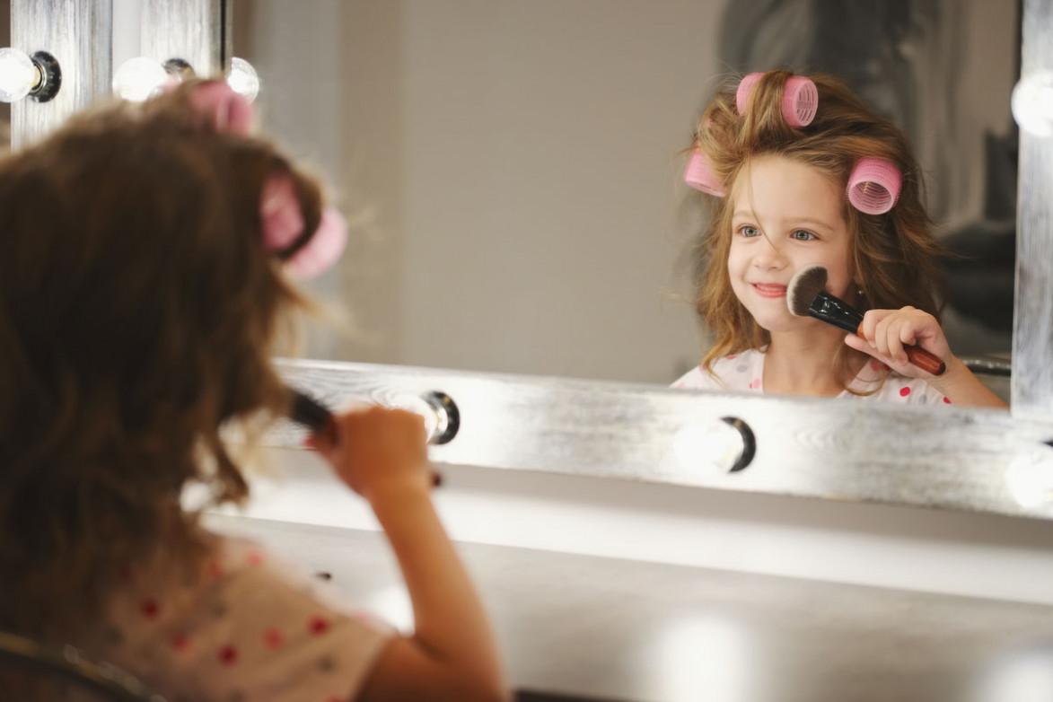 Девочке делают профессиональный макияж