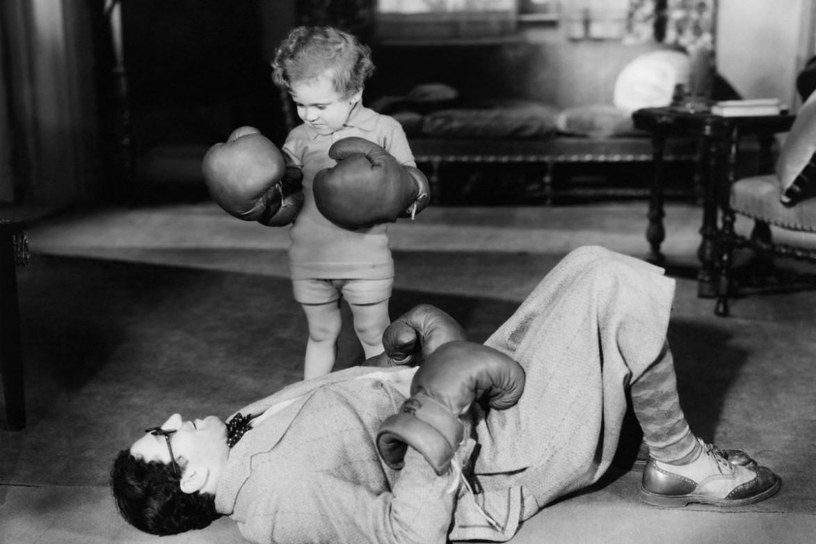 Ретро фото ребенок и папа боксируют