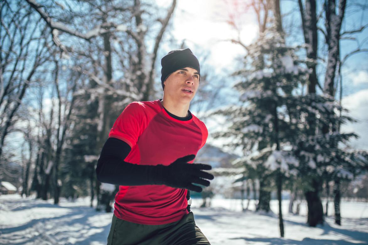 Мужчина на пробежке зимой