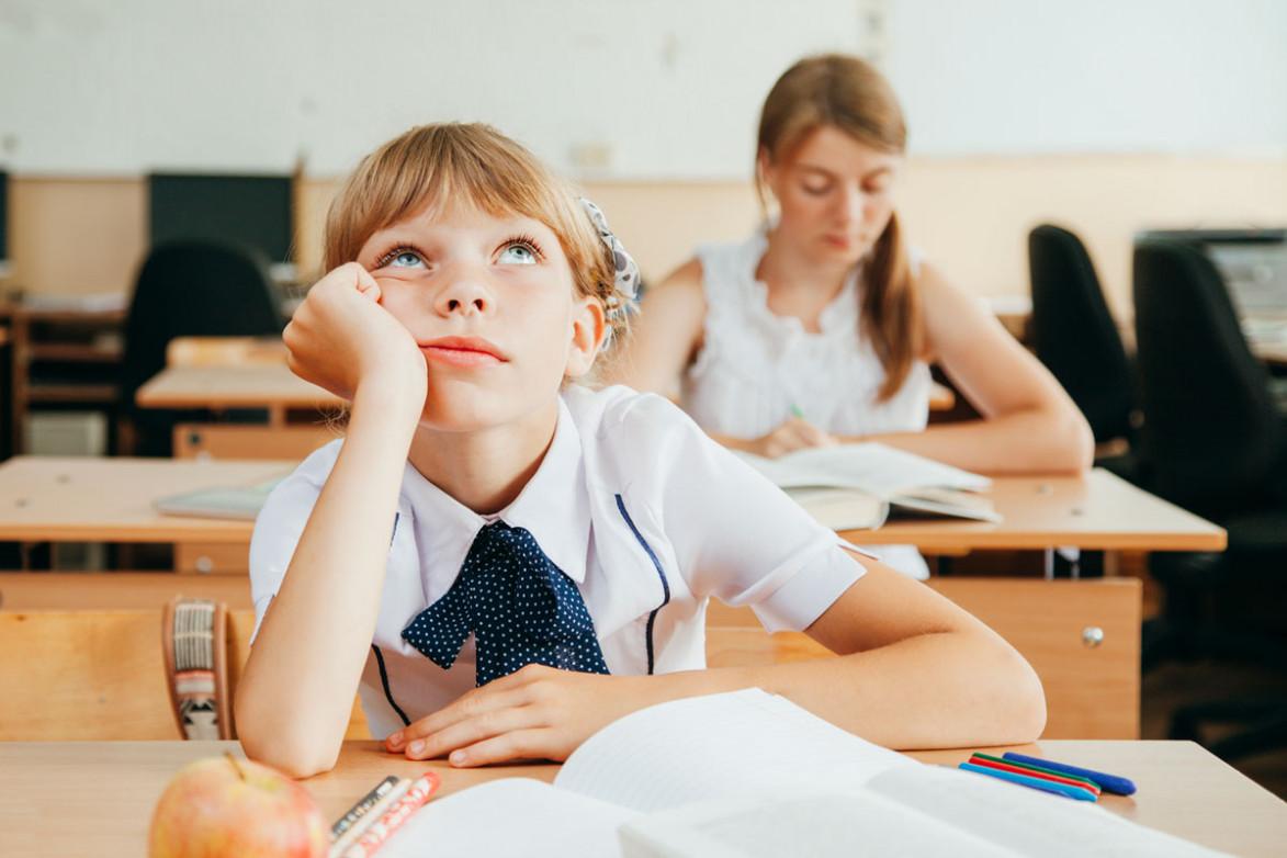 Ребенок скучает на уроке