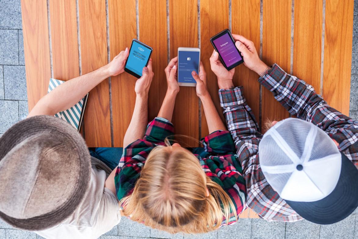 Дети сидят в телефонах